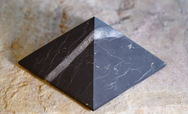 exklusive Schungit Pyramide matt mit Quarz 12cm - Typ 9