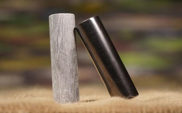 Zylinder aus Schungit und Talkchlorit poliert