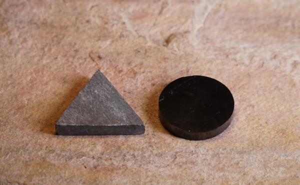 Gegensatzpaare Schungit und Talkchlorit Dreieck-Kreis, ca.3cm