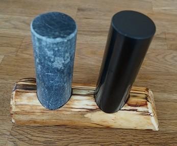 Schungit Zylinder und Talkchlorit Zylinder inkl. Holzunterstelle