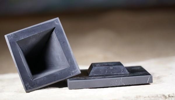 Exklusiv Schungit Pyramide hohl - poliert