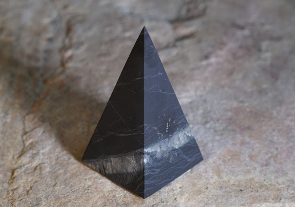 exklusive Schungit Pyramide hoch matt mit Quarz 5cm - Typ 7