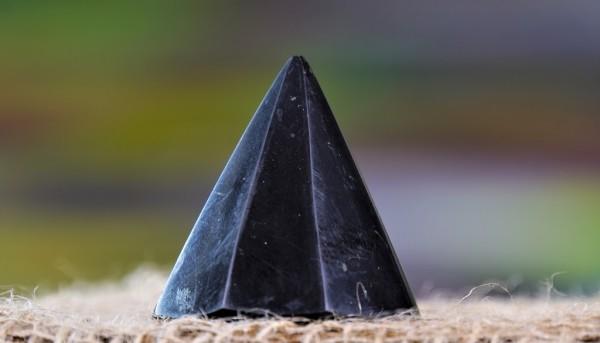 Schungit Pyramide 3 cm besonderer Schnitt