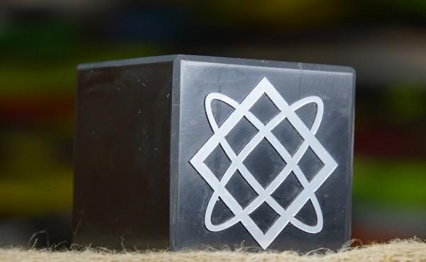 Schungit Würfel 8cm, poliert mit verschiedenen wedruss. Symbolen