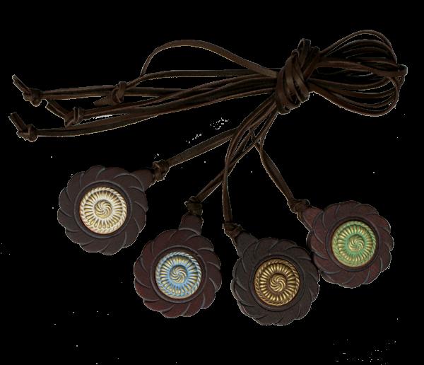 Zedernanhänger mit Keramik Ø4,5 cm