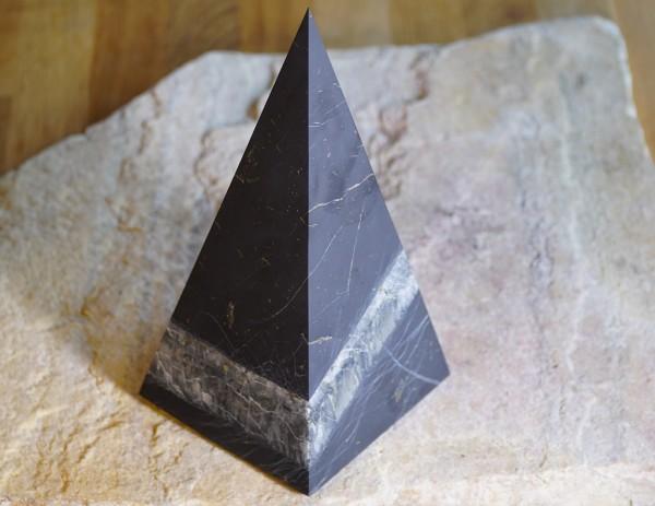exklusive Schungit Pyramide hoch matt mit Quarz 10cm - Typ 8