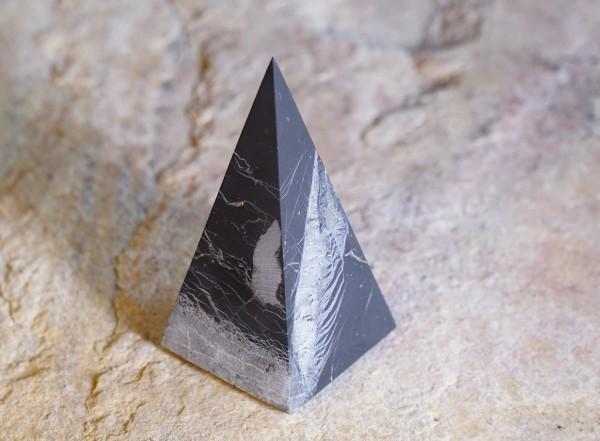 exklusive Schungit Pyramide hoch matt mit Quarz 5cm - Typ 6