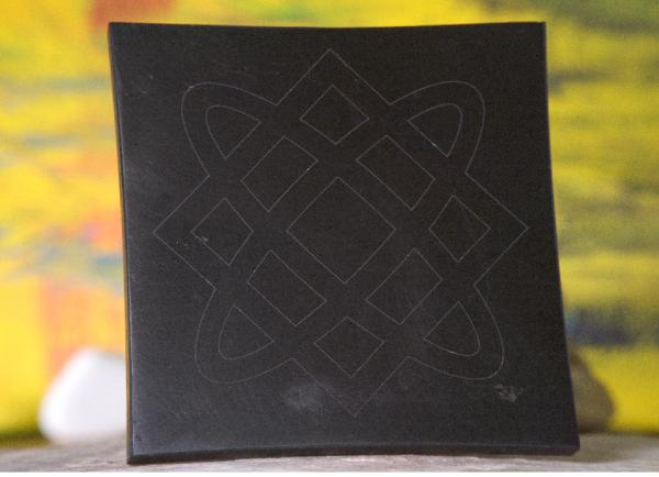 Schungit Platte 13 x13 cm mit Wedrussische Symbole