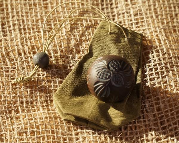Massageball aus Zedernholz in Leinstoffbeutel (3,5-4cm)