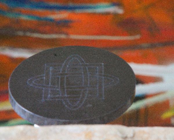 Schungit Platte rund, Ø ca 9,5cm mit wedruss. Symbol
