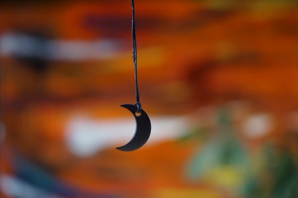 Schungit Mond
