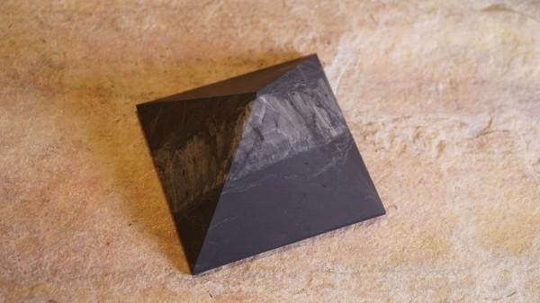 Schungit Pyramide mit Quarzstreifen 8cm Nr.2