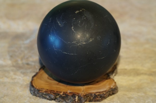 Schungit Kugel 10cm matt mit Holzuntersteller