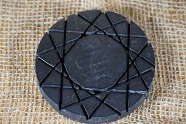 Schungit Platte rund, Ø 12cm mit versch. eingeschnittenen wedruss. Symbolen