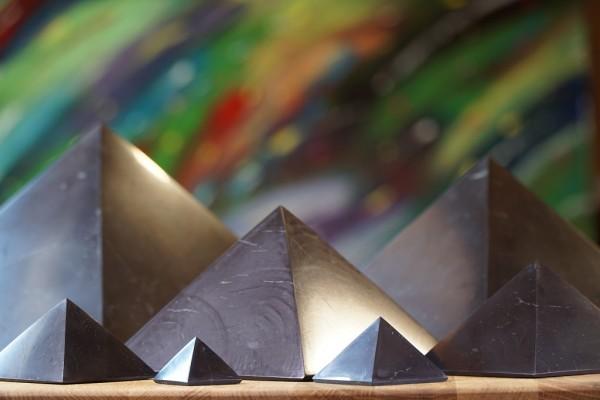 Schungit Pyramide poliert - verschiedene Größen